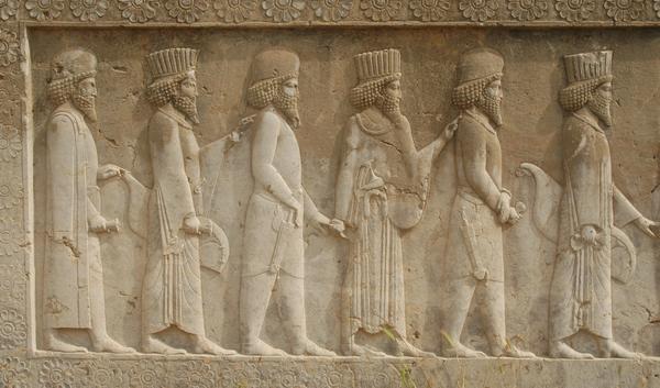 سرباز پارسی و مادی دست در دست هم بر دیوار تخت جمشید (پاسخ به غیاث آبادی)